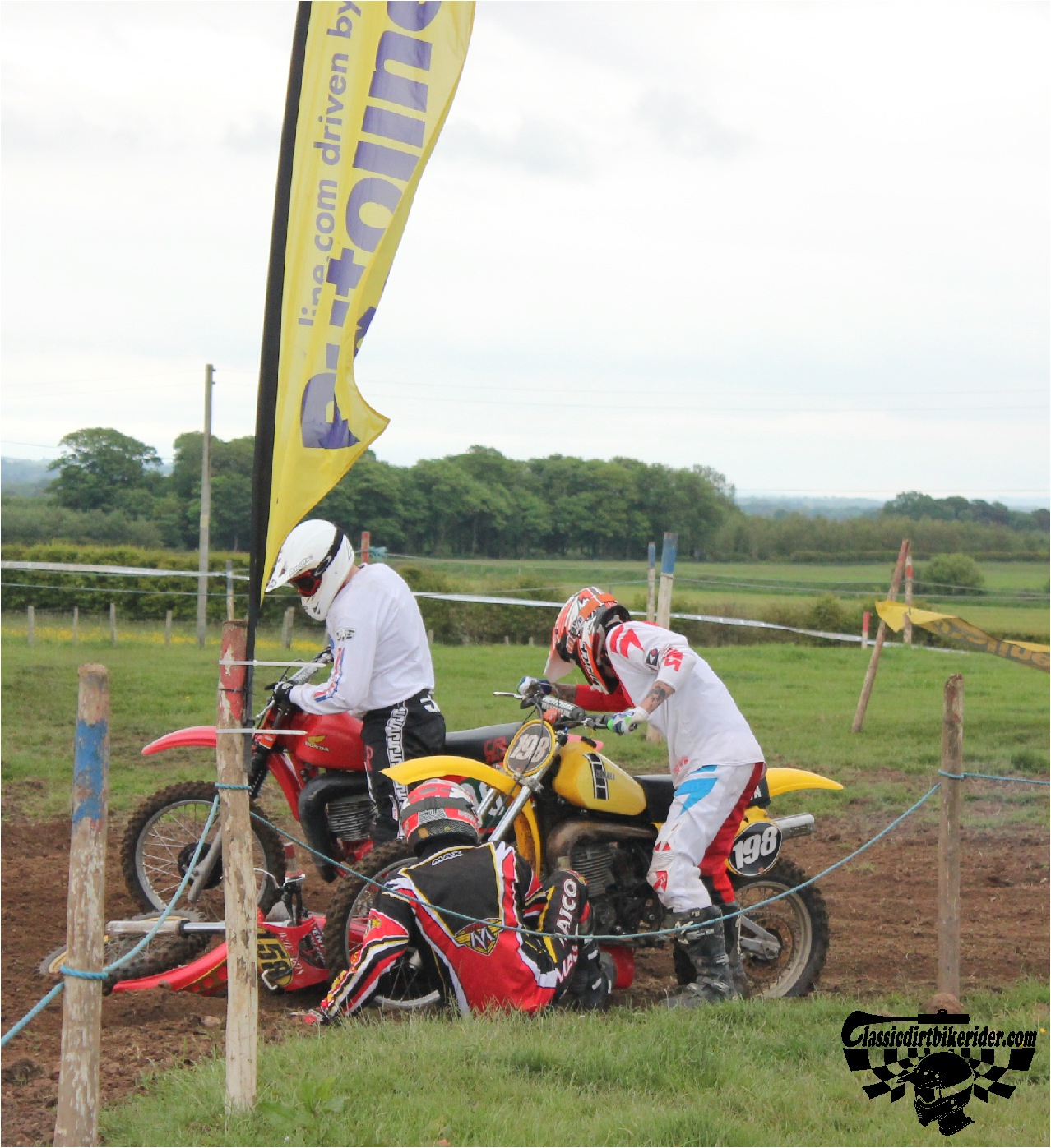 classicdirtbikerider.com-national-twinshock-championship-2015-Garstang-the first turn pile up